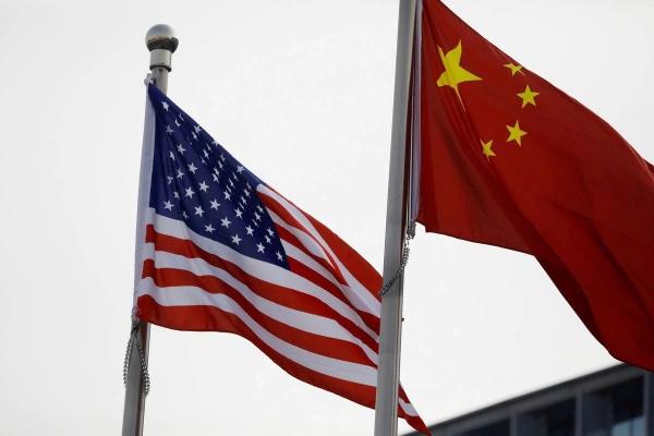▲중국에 있는 한 미국 기업 건물에 미국과 중국의 국기가 나란히 걸려 있다. 로이터연합뉴스