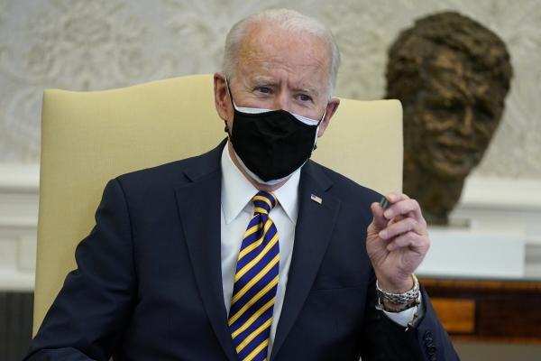 ▲조 바이든 미국 대통령이 2월 24일 백악관 집무실에서 반도체를 들어보이고 있다. 워싱턴D.C./AP뉴시스