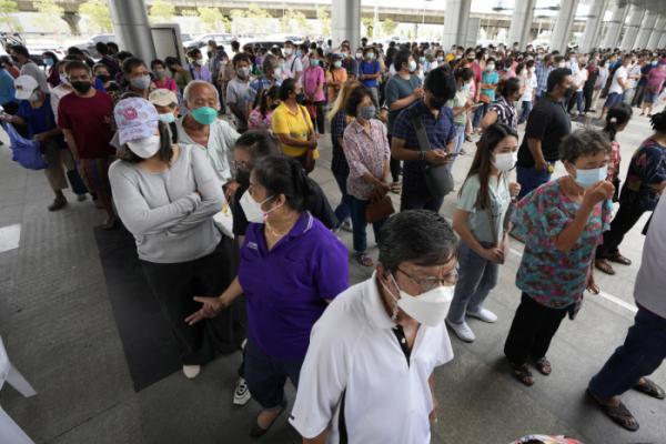 ▲태국 수도 방콕에서 22일(현지시간) 시민들이 코로나19 백신 접종 센터에서 아스트라제네카 백신 접종을 위해 대기하고 있다. 방콕/AP뉴시스