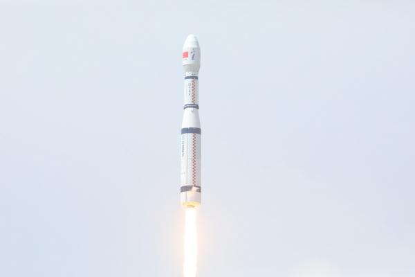 ▲중국 산시성 타이위안 위성발사센터에서 4월 27일 장정-6호가 발사되고 있다. 타이위안/신화뉴시스