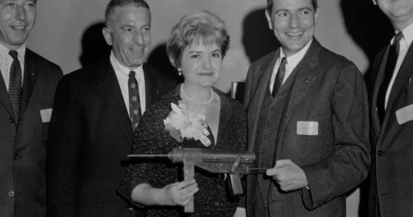 ▲남편과 함께 마텔을 창업한 루스 핸들러는 주변과 회사 내 구성원의 반대에도 바비 인형을 제작해 마텔을 미국의 500대 기업으로 키운다. (왓챠)