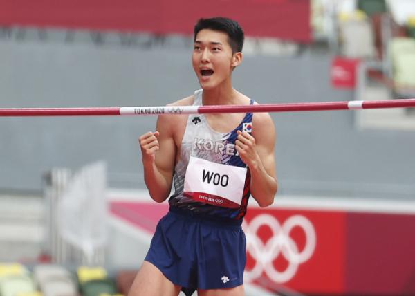 ▲스타디움에서 열린 도쿄올림픽 육상 남자 높이뛰기 예선전에 출전한 한국 우상혁이 2.17미터 1차시기를 성공한 뒤 환호하고 있다.  (연합뉴스)
