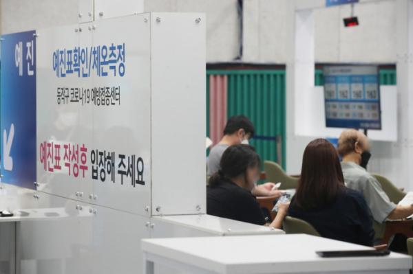 ▲ 30일 오후 코로나19 서울시 동작구 예방접종센터가 마련된 동작구민체육센터에서 시민들이 접종대기를 하고 있다. (연합뉴스)