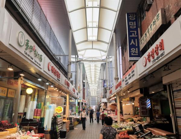 ▲29일 서울 송파구 잠실 새마을시장에 높게 설치된 아케이드 아래 시민들이 장을 보고 있다. (심민규 기자 wildboar@)