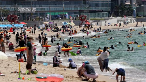 ▲폭염이 이어진 30일 오전 부산 해운대해수욕장을 찾은 피서객들이 물놀이를 즐기고 있다.  (연합뉴스)