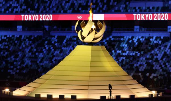 ▲ 23일 일본 도쿄 신주쿠 국립경기장에서 열린 2020 도쿄올림픽 개막식에서 성화가 타오르고 있다. (연합뉴스)