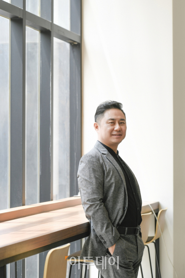 ▲장원철 어반브레이크 대표가 22일 서울 동작구 이투데이 사옥 1층 테라스에서 이투데이와 인터뷰에 앞서 포즈를 취하고 있다. 조현호 기자 hyunho@ (이투데이DB)