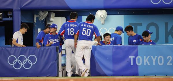 ▲올림픽 야구 대표팀이 31일 일본 요코하마 스타디움에서 열린 도쿄올림픽 야구 B조 예선 미국과의 경기에서 패한 뒤 아쉬워하고 있다.  (연합뉴스)