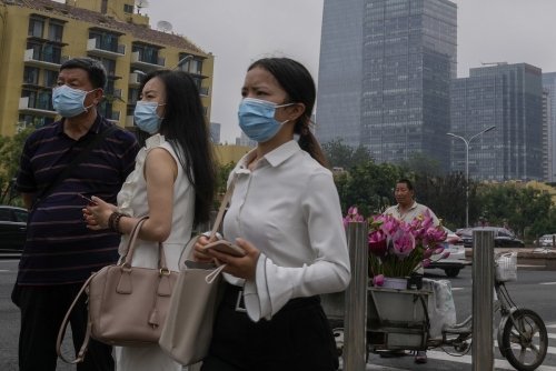 ▲중국 베이징 거리를 7월 22일(현지시간) 시민들이 마스크를 쓴 채 걷고 있다. 베이징/AP연합뉴스