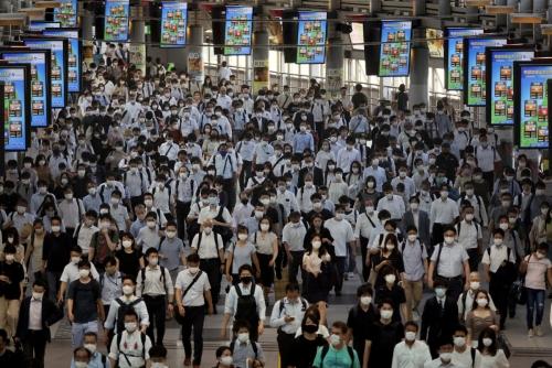▲2일 일본 도쿄 시나가와역이 마스크를 쓴 채 출근하는 사람들로 붐비고 있다. 도쿄/로이터연합뉴스