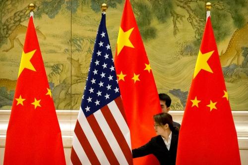 ▲중국 베이징에서 2019년 2월 14일 미국과 중국의 무역협상을 앞두고 직원이 국기를 정리하고 있다. 베이징/로이터연합뉴스