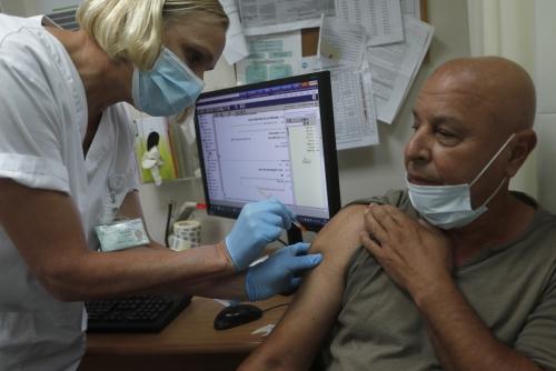 ▲이스라엘 키리앗 시모나에서 한 남성이 1일(현지시간) 신종 코로나바이러스 감염증(코로나19) 백신 부스터샷을 맞고 있다. 키리앗 시모나/EPA연합뉴스