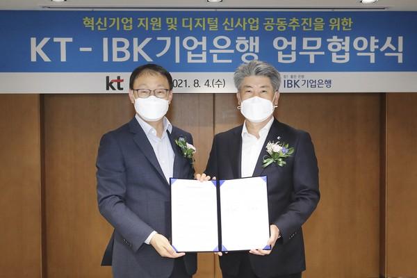 ▲구현모 KT 대표(왼쪽)와 IBK기업은행 윤종원 행장이 MOU 체결 후 기념촬영을 하고 있다. (사진제공=KT)