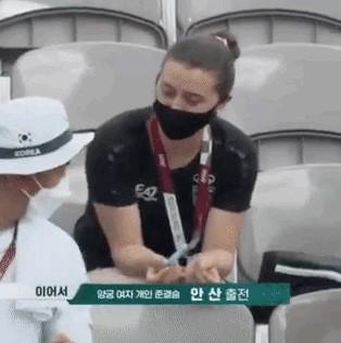 ▲화제가 된 외국선수와 김제덕의 대화 장면 (SBS 중계 화면 캡처)