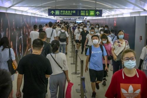 ▲중국 베이징 지하철역에서 4일 출근하는 사람들이 마스크를 쓴 채 걷고 있다. 베이징/AP연합뉴스