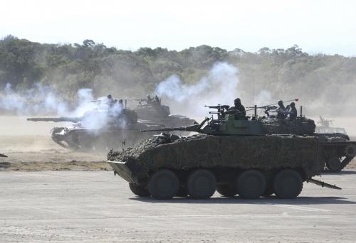▲1월 19일 대만 북부 신주에서 대만 전차가 보병과 함께 기동훈련을 하고 있다. 신주/AP뉴시스