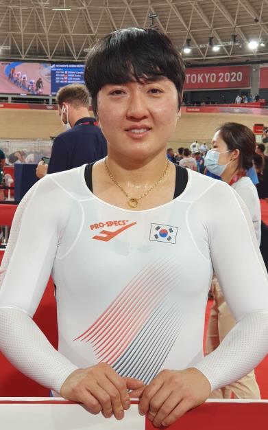 ▲한국 사이클 역대 첫 올림픽 메달에 도전한 이혜진이 4일 일본 시즈오카현 이즈시 이즈벨로드롬에서 열린 2020 도쿄올림픽 사이클 트랙 여자 경륜 경기를 마치고 인터뷰하고 있다.  (연합뉴스)