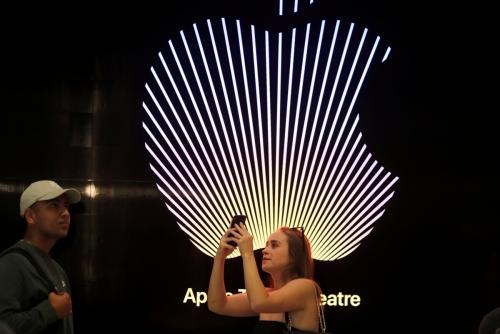 ▲미국 캘리포니아 로스앤젤레스(LA)에 위치한 애플 스토어 로고를 배경으로 고객들이 사진을 찍고 있다. LA/로이터연합뉴스