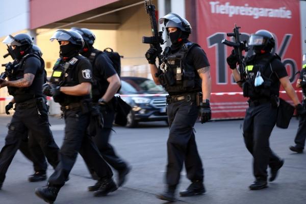 ▲독일 베를린에서 지난달 30일(현지시간) 총격사건이 발생해 무장 경찰들이 집결하고 있다. 베를린/로이터연합뉴스