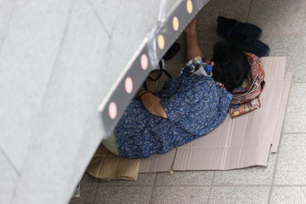 ▲폭염이 계속되고 있는 가운데 지난달 27일 오후 서울 종로구 청계천 모전교 아래 그늘에서 시민이 얼음물을 목에 댄 채 잠을 자고 있다. (연합뉴스)