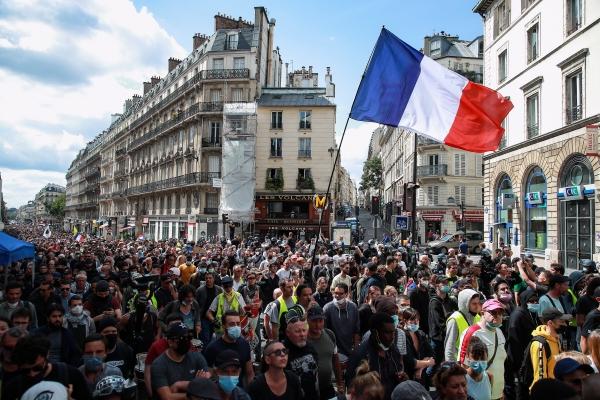 ▲프랑스 파리에서 지난달 31일(현지시간) 백신 여권 도입을 반대하는 시위대가 집회를 열고 있다. 파리/EPA연합뉴스