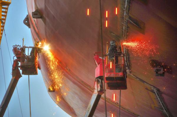 ▲선박 건조작업에 몰두하는 현대중공업 울산 본사 직원들.  (뉴시스)