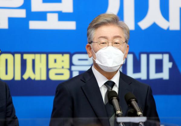 ▲더불어민주당 대권 주자인 이재명 경기지사가 1일 전북도의회에서 열린 기자간담회에서 취재진 질문을 받고 있다.  (연합뉴스)