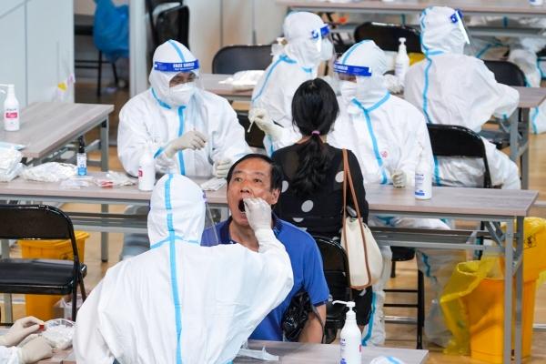 ▲중국 장쑤성 난징에서 지난달 22일 구러우구 주민을 대상으로 한 검사가 이뤄지고 있다. 난징/AP뉴시스