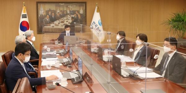 ▲이주열 한국은행 총재가 7월 15일 오전 서울 중구 한국은행에서 금융통화위원회 본회의를 주재하고 있다.    한국은행 제공