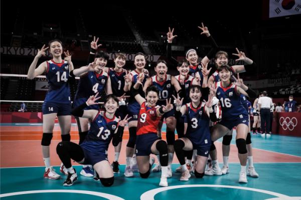▲4일 여자 배구 대표팀이 일본 도쿄 아리아케 아레나에서 열린 도쿄올림픽 여자배구 8강전 터키의 경기에서 승리해 4강행을 확정한 뒤 기념촬영을 하고 있다.  (사진제공=FIVB)