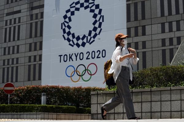 ▲일본 도쿄에서 지난달 20일 마스크를 쓴 한 시민이 도쿄도청 앞을 지나고 있다. 도쿄/AP뉴시스
