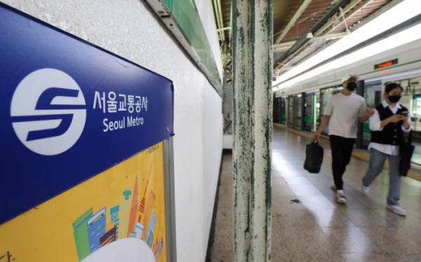 ▲서울 성동구 용답역에서 시민들이 열차에서 내리고 있다.  (뉴시스)