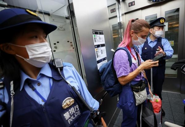 ▲1일 일본 도쿄 하네다 공항에서 경찰이 도쿄올림픽에 참가한 벨라루스 육상 선수 크리스치나 치마노우스카야(가운데·24)를 보호하고 있다. 도쿄/로이터연합뉴스
