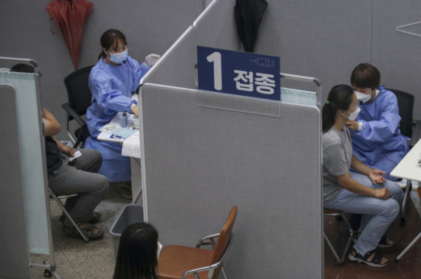▲상반기 백신을 접종하지 않은 60~74세에 대한 사전예약이 예정된 2일 오전 서울 은평구 은평문화예술회관에 마련된 예방접종센터를 찾은 시민들이 백신 예방접종을 받고 있다. 코로나19 예방접종대응추진단에 따르면 이날 오후 8시부터 31일 오후 6시까지 60~74세 고령층 중 미접종자 사전예약이 진행된다.  (뉴시스)