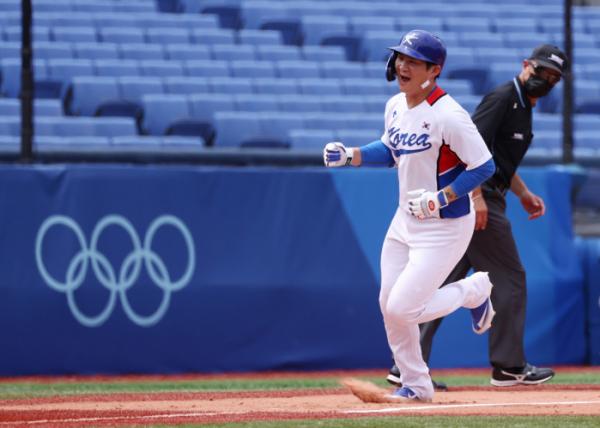 ▲2일 일본 요코하마 스타디움에서 열린 도쿄올림픽 야구 녹아웃스테이지 2라운드 한국과 이스라엘의 경기에서 홈런을 친 오지환이 홈으로 향하고 있다. (연합뉴스)