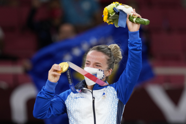 ▲24일 유도 여자 48㎏급 결승에서 승리한 코소보의 크라스니키 디스트리아가 금메달을 받은 뒤 기뻐하고 있다. (AP/뉴시스)