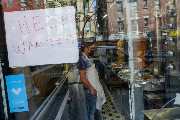 ▲미국 뉴욕의 한 레스토랑 창문에 5월 4일 주방 보조를 구한다는 글이 써있다. 뉴욕/AP뉴시스