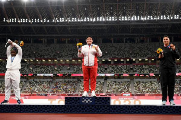 ▲1일 2020 도쿄올림픽 여자 포환던지기에서 은메달을 획득한 레이븐 손더스(25, 맨 왼쪽)가 시상대에 올라 팔로 'X'자를 그리고 있다. (연합뉴스)