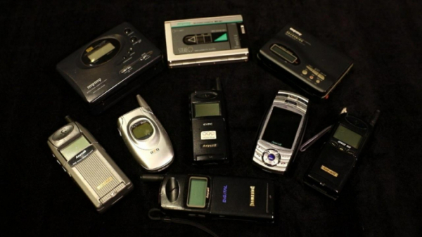 ▲삼성전자 옛 휴대용 카세트 플레이어(마이마이), 휴대전화 애니콜 (사진제공=삼성전자)