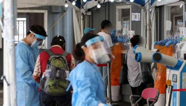 ▲코로나19 신규 확진자가 1202명으로 집계, 4주째 네 자릿수를 기록한 3일 오전 서울 중구 서울역광장에 마련된 코로나19 중구임시선별검사소에서 시민들이 검사를 받고 있다. (뉴시스)