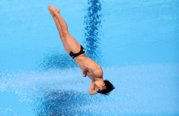 ▲3일 일본 도쿄 아쿠아틱스 센터에서 열린 남자 다이빙 3m 스프링보드 준결승 경기. 한국 우하람이 다이빙 연기를 선보이고 있다. (연합뉴스)
