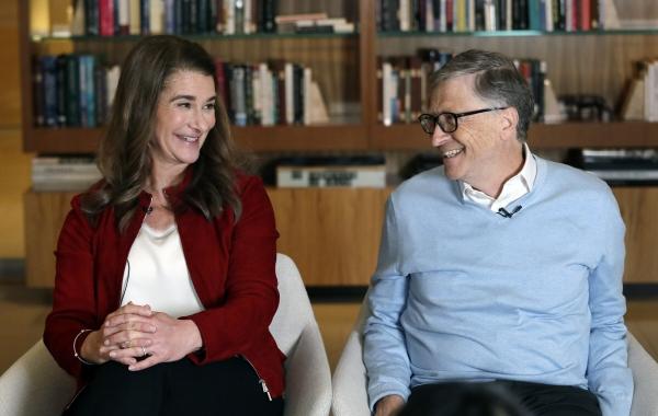 ▲마이크로소프트(MS) 창업자 빌 게이츠와 부인 멀린다 게이츠가 2019년 함께 인터뷰하며서 미소를 짓고 있다. 이들 부부는 2일(현지시간) 공식적으로 이혼했다. 커크랜드/AP뉴시스