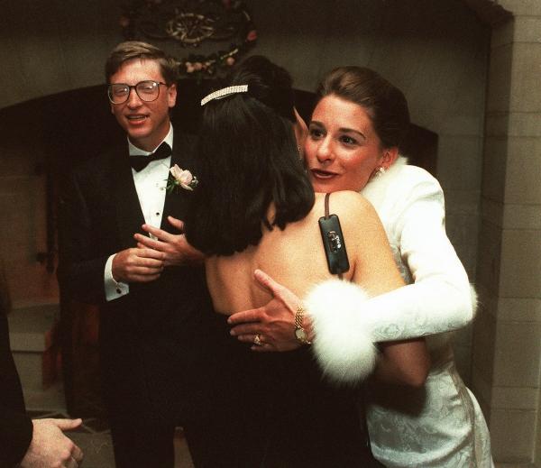 ▲1994년 1월 미국 하와이에서 결혼식을 올린 빌 게이츠·멀린다 게이츠 부부가 시애틀에서 피로연을 열고 손님들을 맞이하고 있다. 시애틀/AP뉴시스