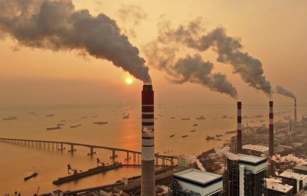 ▲중국 장쑤성 양쯔강 인근의 한 석탄 공장에서  2018년 12월 12일 매연이 나오고 있다. 장쑤/AP뉴시스