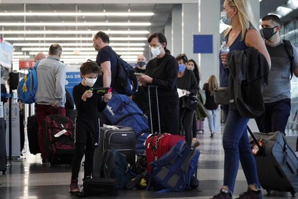 ▲2일(현지시간) 여행객들이 미국 시카고 오헤어 국제 공항에서 줄을 서고 있다. 시카고/AP연합뉴스