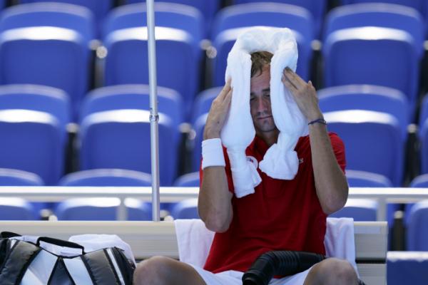 ▲2020 도쿄올림픽 남자 테니스에 출전한 다닐 메드베데프(ROC)가 더위를 식히고 있다. (연합뉴스)