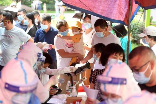 ▲중국 우한에서 15개월 만에 신종 코로나바이러스 감염증(코로나19) 확진자가 다시 나온 가운데 주민들이 검사를 받기 위해 줄지어 서 있다. 우한/로이터연합뉴스
