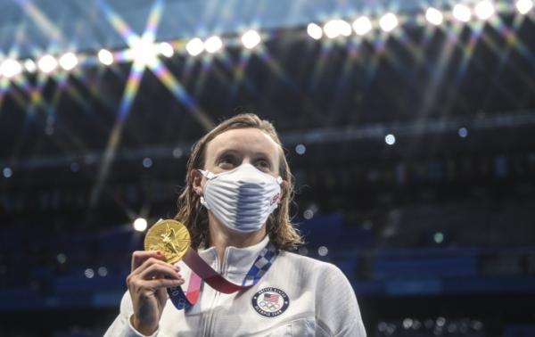▲2020 도쿄올림픽 여자 자유형 800m 시상대에 오른 케이티 러데키가 금메달을 들어보이고 있다. (뉴시스)