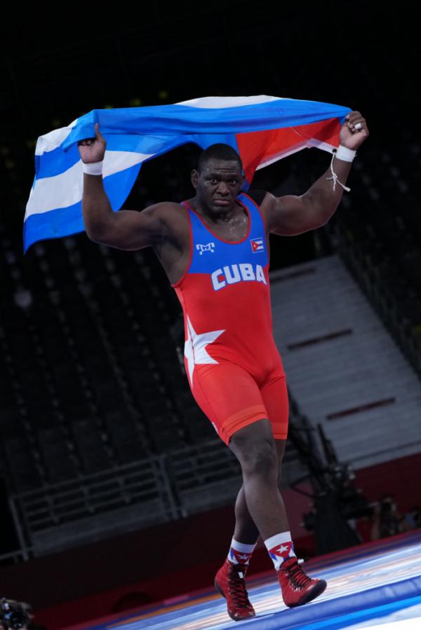 ▲2020 도쿄올림픽 레슬링 남자 그레코로만형 130kg급 결승전에 승리한 미하인 로페스가 쿠바 국기를 들고 걷고 있다. (뉴시스)