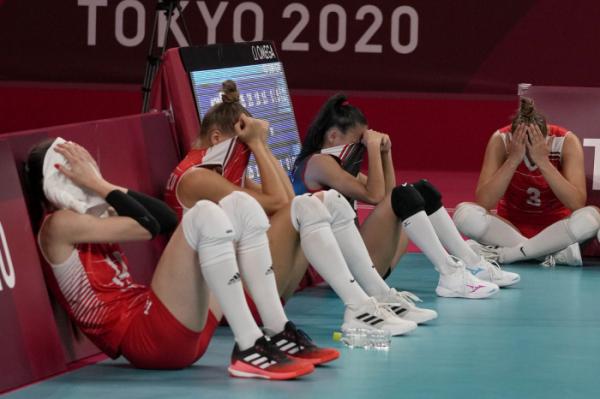 ▲4일 일본 아리아케 아레나에서 열린 2020 도쿄올림픽 여자 배구 8강전에서 한국에 패배한 뒤 눈물을 흘리는 터키 배구 선수들 (연합뉴스)
